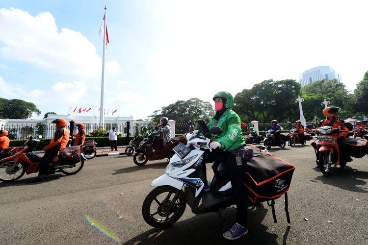 Pemerintah pusat sudah mulai mendistribusikan paket sembako ke warga terdampak Covid-19 di wilayah DKI Jakarta mulai Senin (20/4/2020) hari ini. Dimulainya distribusi sembako ini ditandai secara simbolis dengan pengantaran paket sembako dari depan gerbang Istana Merdeka, Senin pagi.
