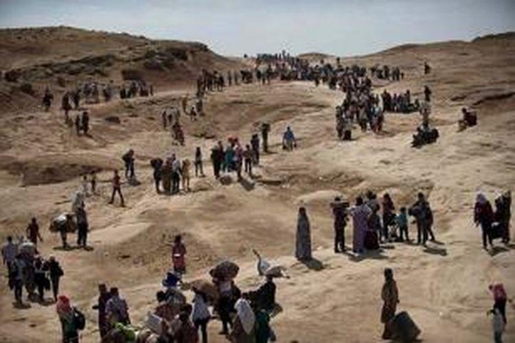 Ribuan warga etnis minoritas Yazidi meninggalkan kota Sinjar dan mengungsi ke pegunungan setelah kota itu jatuh ke tangan pasukan ISIS.