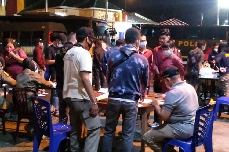 Petugas gabungan saat melakukan razia yustisi di Kota Padang, Minggu (9/5/2021).
