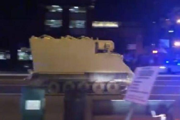 Dalam foto yang diambil dari sebuah video yang diunggah ke Twitter, terlihat sebuah kendaraan lapis baja yang dicuri tengah melaju di jalanan kota Richmond, Virginia.