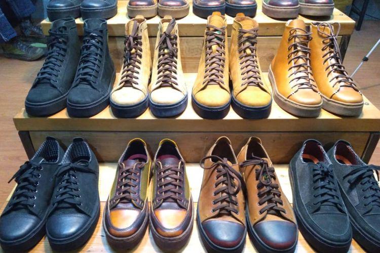 Sejumlah sepatu produk Exodos57, Bandung.