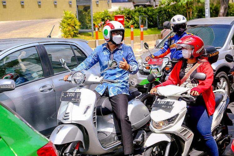 Wali Kota Surabaya Eri Cahyadi menyerap aspirasi dengan cara berkeliling kota memakai motor Vespa kesayangannya di kawasan Krembangan, Kota Surabaya, Senin (13/9/2021).
