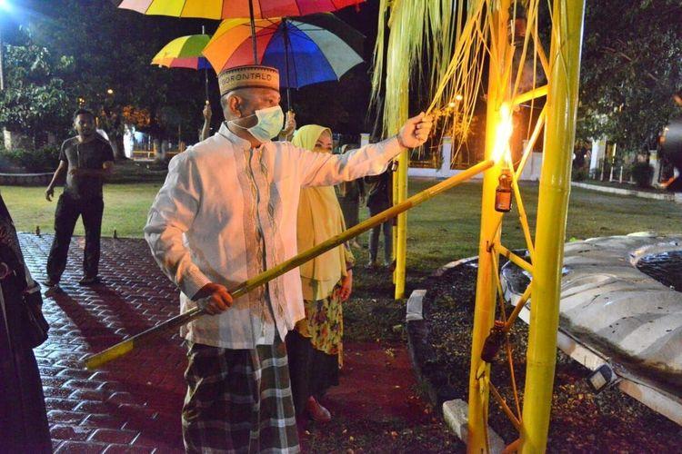 Gubernur Gorontalo Rusli Habibie menyalakan lampu botol di gerbang rumah dinas, memasang lampu atau Tumbilotohe ini merupakan tradisi masyarakat Gorontalo 3 hari menjelang Idulfitri, setiap keluarga memasang lampu botol di rumah masing-masing.