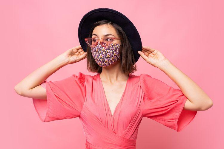 Ilustrasi tetap tampil fashionable dengan masker.