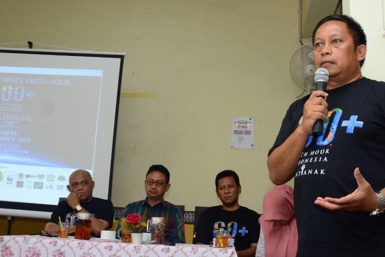 Kalimantan Regional Leader WWF-Indonesia M. Hermayani Putera saat memberikan keterangan dalam konferensi pers pelaksanaan Earth Hour di Pontianak (24/3/2017)