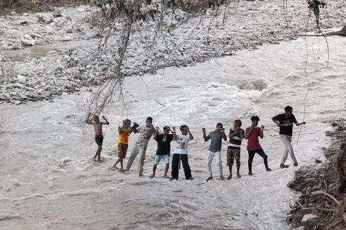 Jembatan Putus Dihantam Banjir, Warga Malaka Meniti Kabel untuk Menyeberangi Sungai
