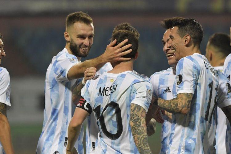 Lionel Messi merayakan gol bersama rekan setimnya dalam pertandingan Argentina vs Ekuador pada perempat final Copa America 2021 di Stadion Olimpico Pedro Ludovico, Brasil, Minggu (4/7/2021) pagi WIB.