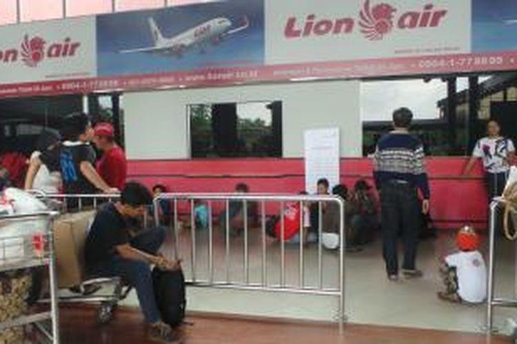 Loket Lion Air di terminal 1B Bandara Soekarno Hatta, Cengkareng, Tengerang. Kamis (19/2/2015).