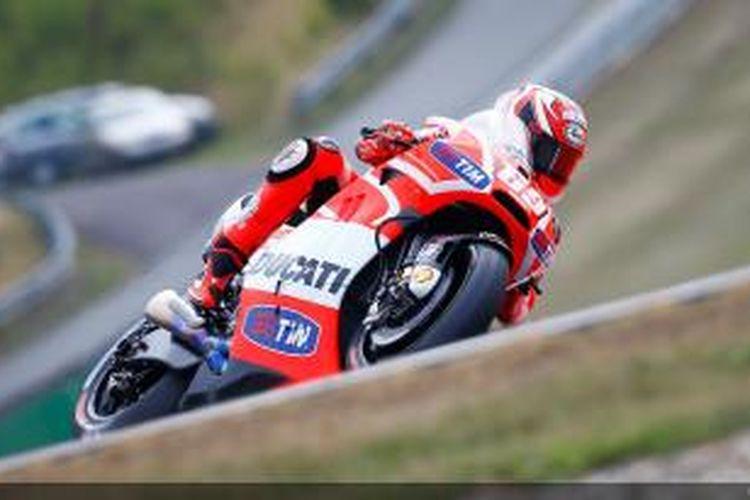 Pebalap Ducati asal Amerika Serikat, Nicky Hayden, membalap di Sirkuit Brno pada balapan GP Ceko, Minggu (25/8/2013).