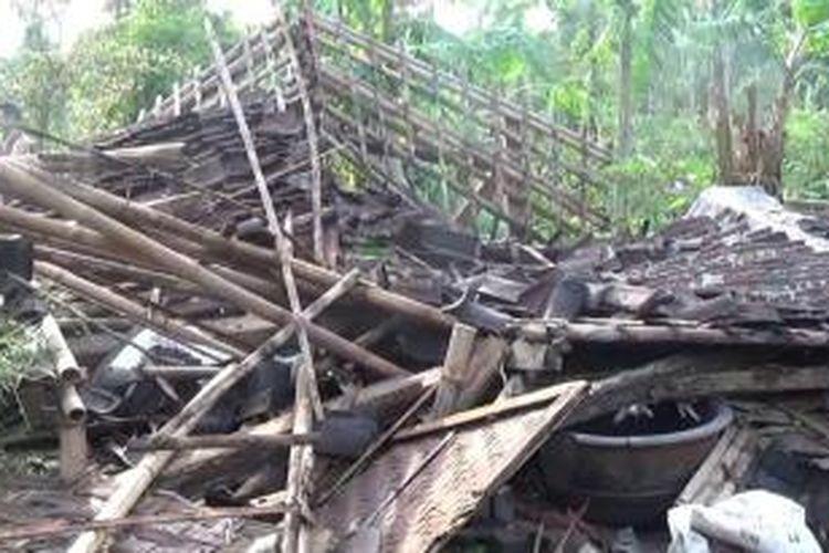 Rumah roboh diterjang puting beliung di Boyolali, Jawa Tengah.