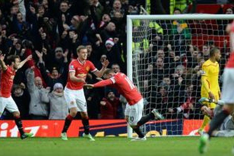 Bomber Manchester United, Wayne Rooney, begitu bergembira seusai membobol gawang Liverpool, pada pertandingan lanjutan Premier League, di Stadion Old Trafford, Minggu (14/12/2014).