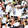 Pasukan TNI Copot Sejumlah Baliho Bergambar Rizieq Shihab di Jakarta