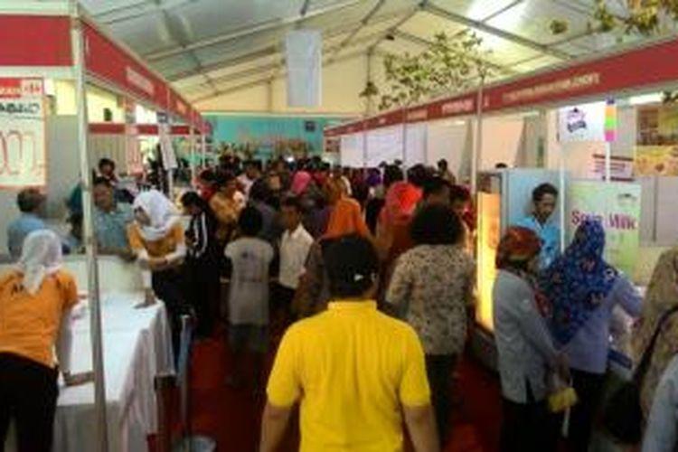 Suasana pasar murah di lapangan parkir Kemendag, Jakarta, kamis (25/6/2015)