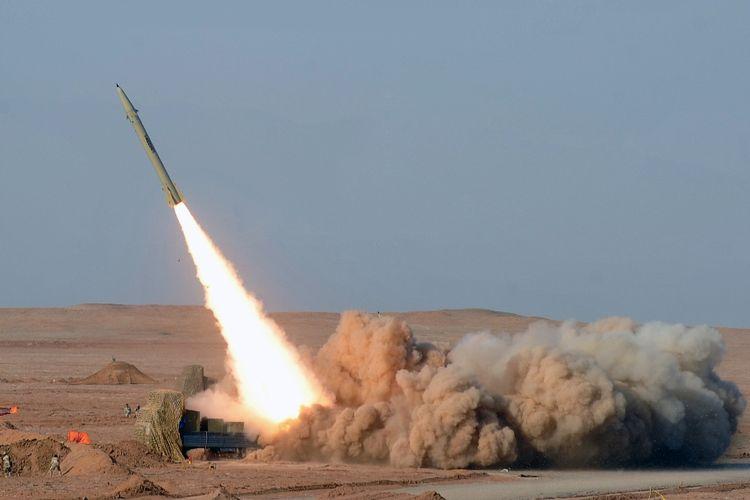 Foto bertanggal 3 Juli 2012 yang menunjukkan rudal jarak dekat Iran, Fateh 110, yang diluncuran saat latihan militer.