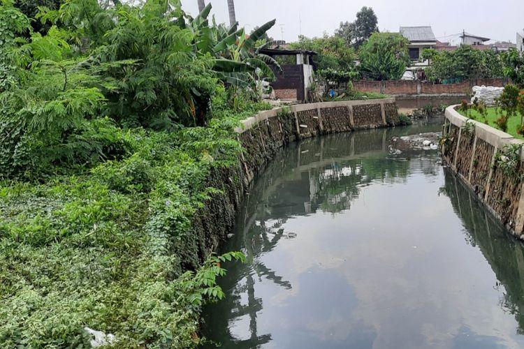 Kali Cipinang di Kelurahan Rambutan, Ciracas, Jakarta Timur, Kamis (19/11/2020).