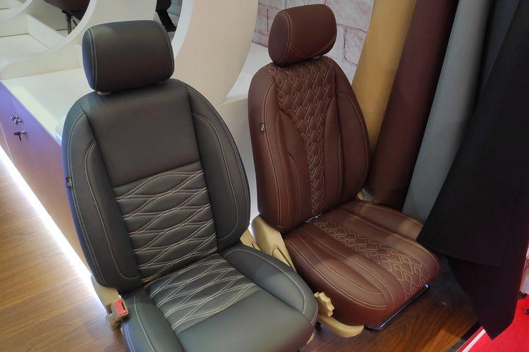 Berbagai macam bahan jok mobil ditawarkan di area pameran Telkomsel IIMS 2019(Kompas.com/Setyo Adi)