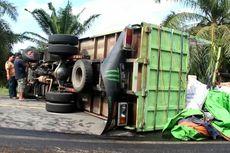 Truk Ekspedisi Bermuatan Puluhan Ton Terguling di Jalan Trans Sulawesi