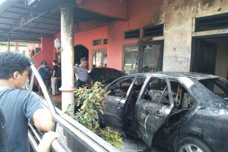 Sebuah mobil yang diparkir di teras sebuah rumah di Jalan Jalak 2 Kuncen Lama RT 12 RW I, Ungaran, Kabupaten Semarang, Selasa (24/7/2018) siang terbakar dan nyaris menghabiskan seluruh rumah.