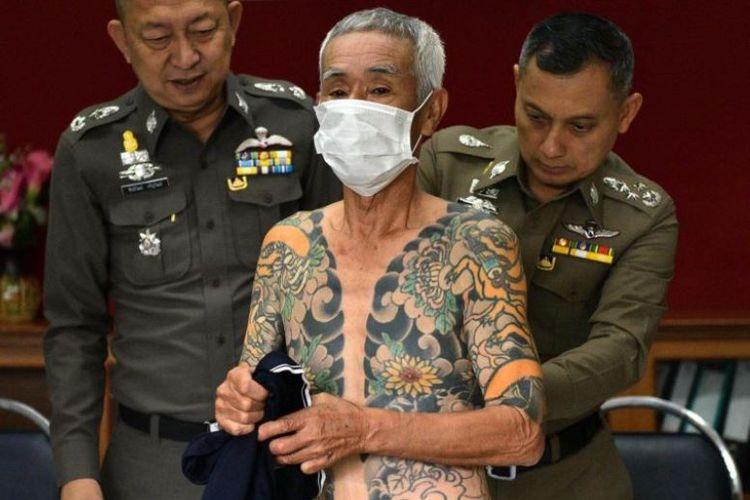 Mantan bos yakuza Jepang Shigeharu Shirai menunjukkan tato ditubuhnya saat konferensi pers di kantor polisi di Lopburi, Thailand, Kamis (11/1/2018).