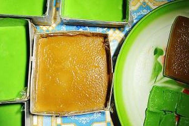 Kue berbahan beras khas Bugis-Makassar.