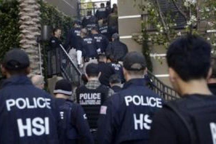 Agen federal AS memasuki sebuah kompleks apartemen yang diduga oleh aparat digunakan sebagai tempat bersalin oleh perempuan hamil yang berkunjung dari luar negeri di Irvine, California (3/3/2015).
