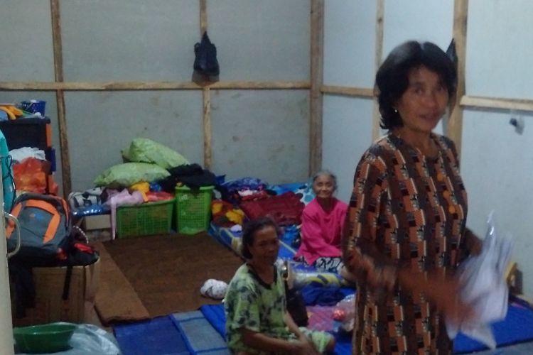 TINGGAL DI BARAK--Keluarga korban tanah longsor Ponorogo tinggal di barak pengungsian yang dibangun TNI AD di Desa Banaran, Kecamatan Pulung, Kabupaten Ponorogo, Jumat ( 21/2/2017) sore.