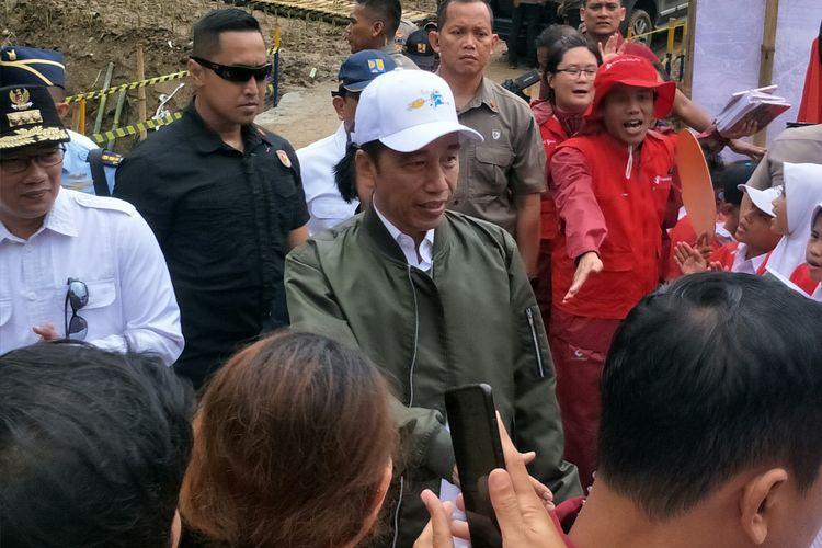 Presiden Joko Widodo meninjau lokasi longsor di Sukajaya, Bogor, Jawa Barat