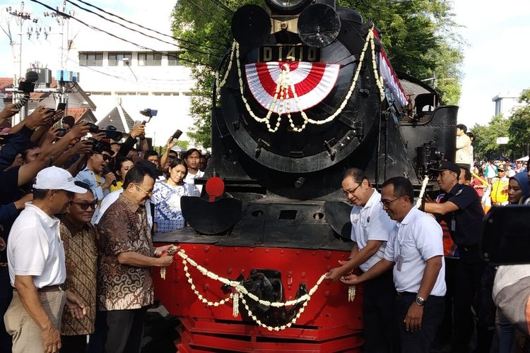 Dirut PT KAI Edi Sukmoro dan Wakil Wali Kota Surakarta Achmad Purnomo dalam peresmian lokomotif uap kuno buatan Jerman tahun 1921 sebagai kereta wisata di Loji Gandrung Solo, Jateng, Minggu (16/2/2020).