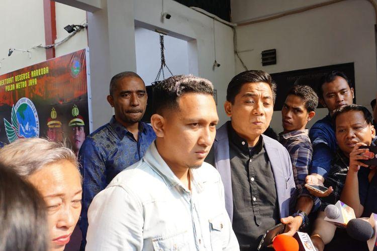 Anak sulung Nunung, Bagus Permadi (pakai kemeja putih) saat ditemui di Dit Resnarkoba Polda Metro Jaya, Jakarta Selatan, Senin (22/7/2019).