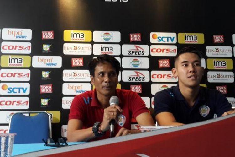 Asisten Pelatih Arema Cronus I Made Pasek Wijaya (kiri) dan Pemain Arema Cronus Ryuji Utomo (kanan) saat konferensi pers di Kantor Arema jelang laga melawan Mitra Kukar, Kamis (29/9/2016)