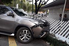 Mobil Tabrak Pagar Gereja Immanuel di Gambir, Sopir Diduga Mengantuk