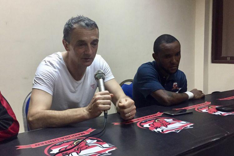 Pelatih Madura United Milomir Sislija bersama dengan striker Madura United Zah Rahan.