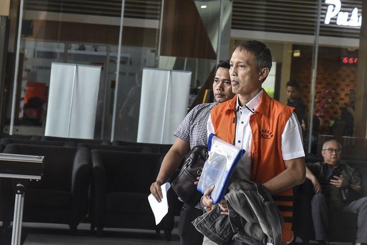 Tersangka kasus suap pengadaan barang dan jasa di PT Krakatau Steel (Persero) Wisnu Kuncoro (kanan) berjalan usai menjalani pemeriksaan di gedung KPK, Jakarta, Jumat (19/7/2019). Wisnu menjalani pemeriksaan lanjutan terkait suap dari Presiden Direktur PT Grand Kartech Kenneth Sutardja dan Bos Tjokro Group Kurniawan Eddy Tjokro alias Yudi Tjokro untuk proyek pengadaan kontainer dan boiler atau ketel uap di PT Krakatau Steel Tahun 2019 senilai Rp24 miliar dan Rp2,4 miliar. ANTARA FOTO/Muhammad Adimaja/ama.