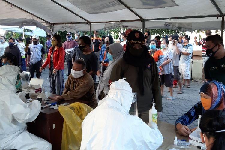 Pedagang dan pembeli di Pasar Keputran Surabaya mengikuti rapid test massal yang digelar Pemkot Surabaya bersama TNI-Polri, Rabu (15/7/2020).