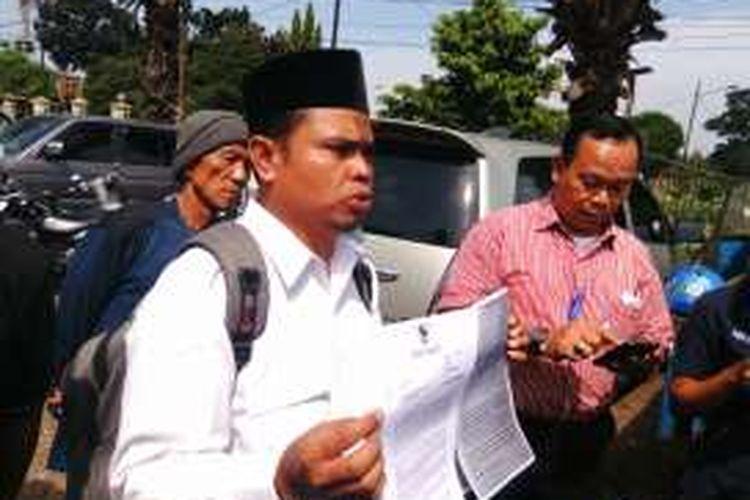 Koordinator aksi, yang mengaku ditunjuk Forum RT/RW se-Jakarta Timur, Anas Saibu saat diwawancarai awak media di TPU Kebon Nanas, Jatinegara, Jakarta Timur terkait undangan terbuka menolak kehadiran Ahok pada peresmian RPTRA di Rusun Cibesel. Selasa (23/8/2016).