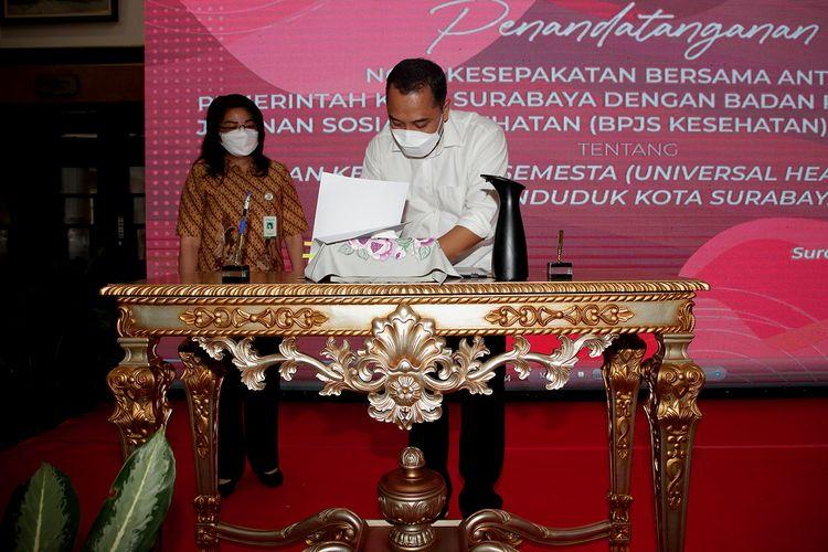 Wali Kota Surabaya Eri Cahyadi saat melakukan penandatanganan nota kesepakatan bersama Badan Penyelenggara Jaminan Sosial (BPJS) Kesehatan Kantor Cabang Surabaya di Lobi Lantai II Balai Kota Surabaya, Selasa (16/3/2021).