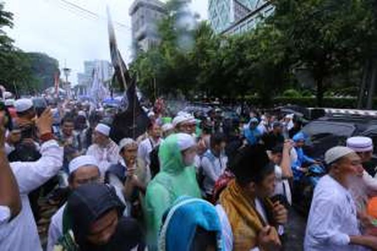 Para pengunjuk rasa mulai berjalan pulang usai melakukan aksi 212 atau doa bersama 2 Desember, di Jakarta, Jumat (2/12/2016). Selain mendoakan kesatuan Indonesia, massa juga mendesak pihak terkait agar segera menuntaskan kasus dugaan penistaan agama