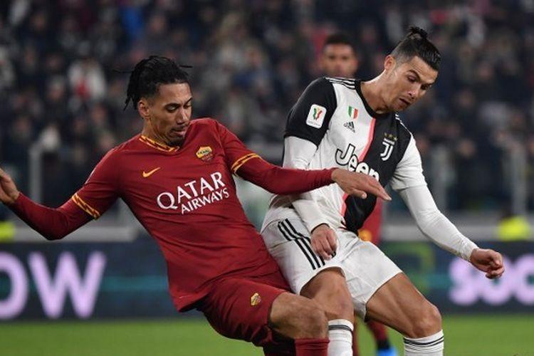 Chris Smalling (kiri) berduel dengan Cristiano Ronaldo (kanan) pada laga perempat final Coppa Italia, Kamis (23/1/2020) dini hari WIB.