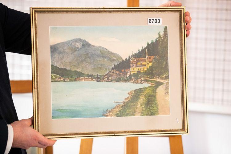 Gambar yang diambil pada 8 Februari 2019 menunjukkan lukisan cat air dengan pemandangan desa dekat danau dan gunung. Lukisan itu tak biasa karena terdapat tanda tangan A Hitler dengan diduga lukisan itu dibuat oleh Pemimpin Nazi Jerman Adolf Hitler.