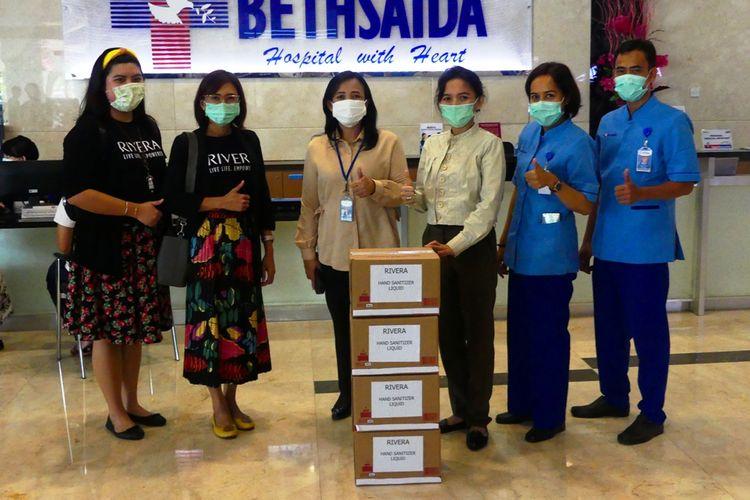 Penyerahan bantuan hand sanitizer dari Rivera Cosmetics untuk rumah sakit di Tangerang.