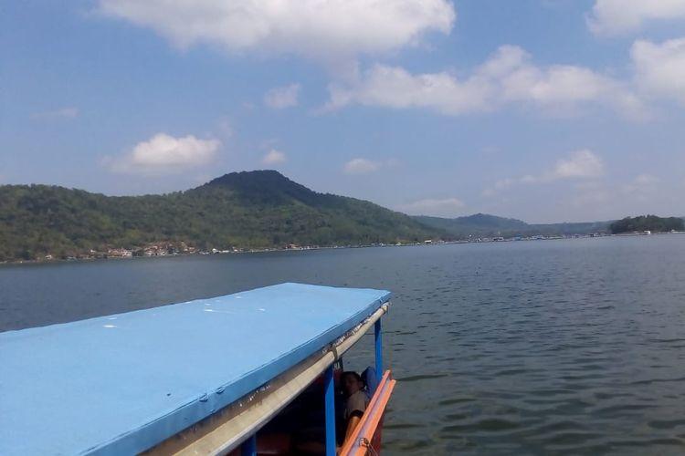 Panorama bukit dan hamparan waduk di Kawasan Wisata Waduk Darma di Kuningan, Jawa Barat..