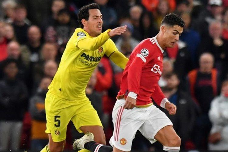Daniel Parejo (kiri) ketika mengejar Cristiano Ronaldo (kanan) pada laga kedua Grup F Liga Champions yang mempertemukan Man United vs Villarreal di Stadion Old Trafford, Kamis (30/9/2021) dini hari WIB.