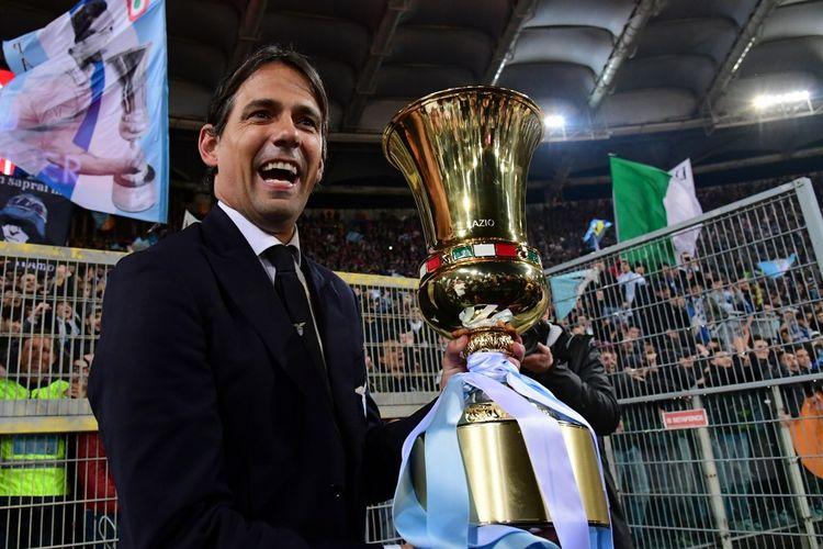 Pelatih Lazio, Simone Inzaghi, memegang trofi Coppa Italia usai laga Lazio Vs Atalanta di Stadion Olimpico, Roma, Italia, Rabu (15/5/2019) waktu setempat.