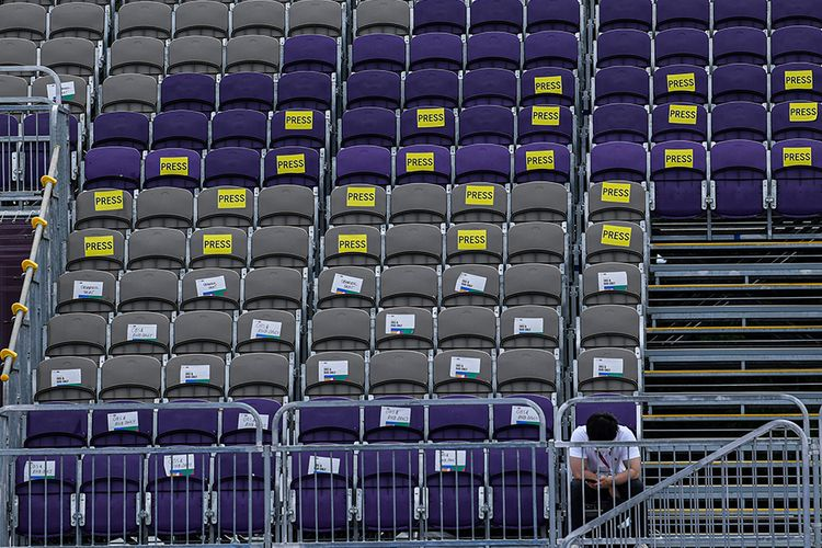 Seorang petugas duduk di tribun media saat berlangsung pertandingan panahan Olimpiade Tokyo 2020 di Yumenoshima Park Archery Field, Tokyo, Jepang, Senin (26/7/2021). Penyelenggaraan Olimpiade yang diselenggarakan tanpa penonton dari kalangan umum tersebut merupakan keputusan di tengah kondisi darurat Covid-19 yang sedang diberlakukan di Ibu Kota Jepang.