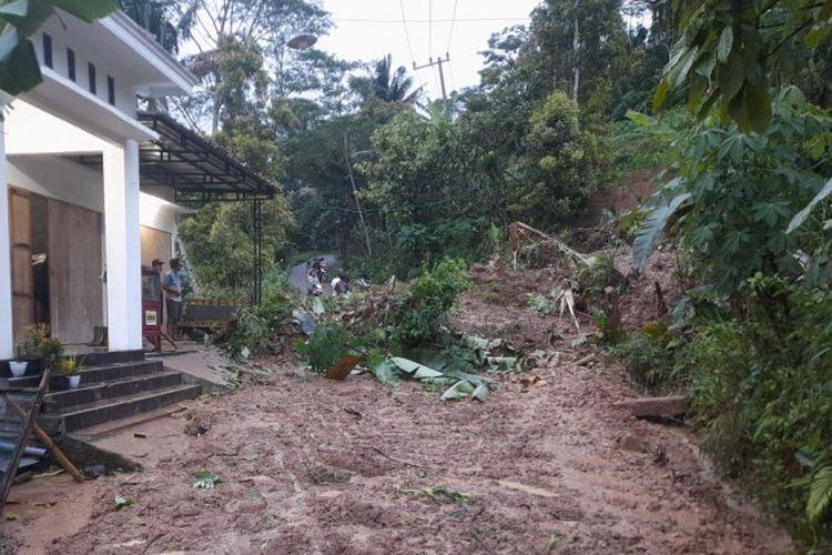 Material longsor menutup jalan desa yang menjadi penghubung antarkecamatan di Desa Depok, Trenggalek, Jatim, Selasa (14/9/2021).