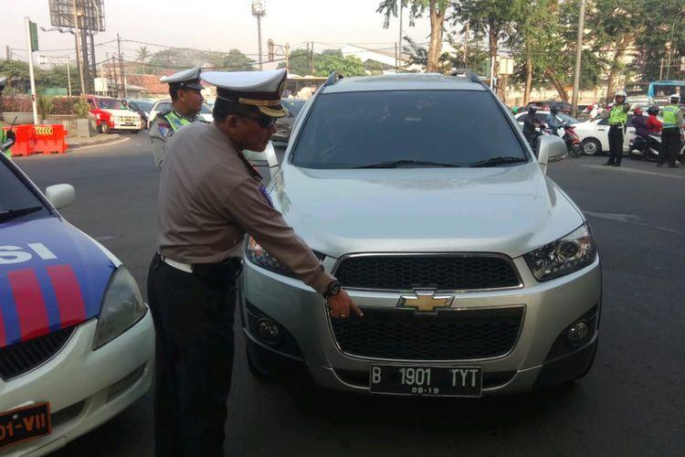 Kasatlantas Jakarta Timur AKBP Sutimin, mulai lakukan penglaihan mobil terdampak ganjil genap di Panjaitan, Rabu (18/7/2018)