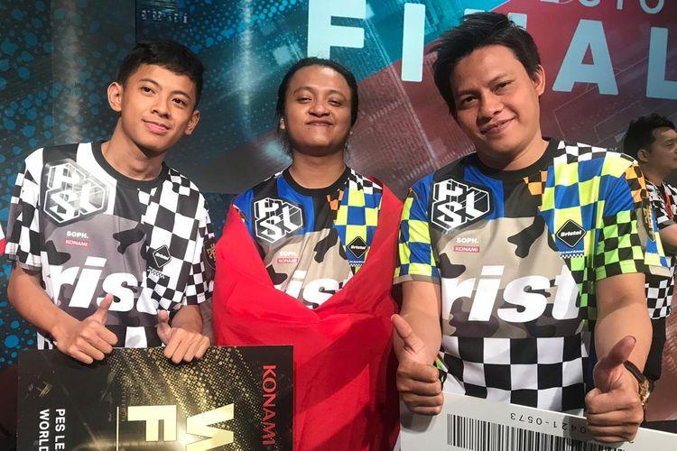 Rizky Faidan, Lucky Maarif, dan Rio Dwi Septian dari Tim Wani berhasil menjadi juara PES League 2019 Regional Finals Asia di Museum Sepak Bola Jepang, 21 April 2019.