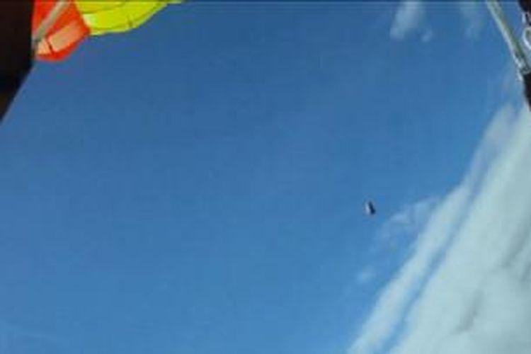 Video rekaman proses terjun Anders Helstrup, seorang skydiver asal Norwegia, mengungkap bahwa ia hampir disambar asteroid saat terjun.