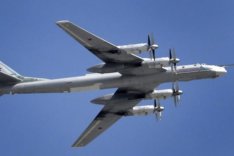 Pesawat pengebom Tupolev 95 milik Rusia yang diikutkan dalam latihan gabungan di Indonesia.