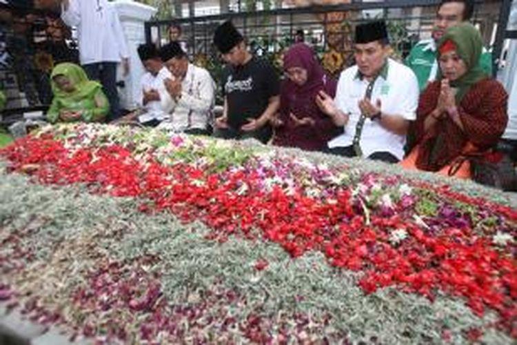 Usai silaturahmi dengan pengurus Muslimat NU Jombang dalam rangkaian kampanye Pemilihan Gubernur Jatim, Senin (19/8/2013), Khofifah Indar Parawansa mengajak pentolan grup band Dewa, Ahmad Dhani untuk berziarah ke makam KH Abdurrahman Wahid.